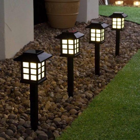 Соларна градинска лампа